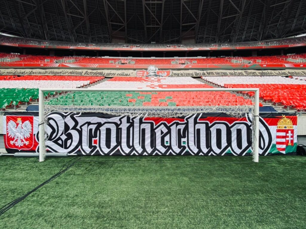 "Flaga ""Brotherhood"" przed meczem Węgry-Polska  /Fot. Facebook"