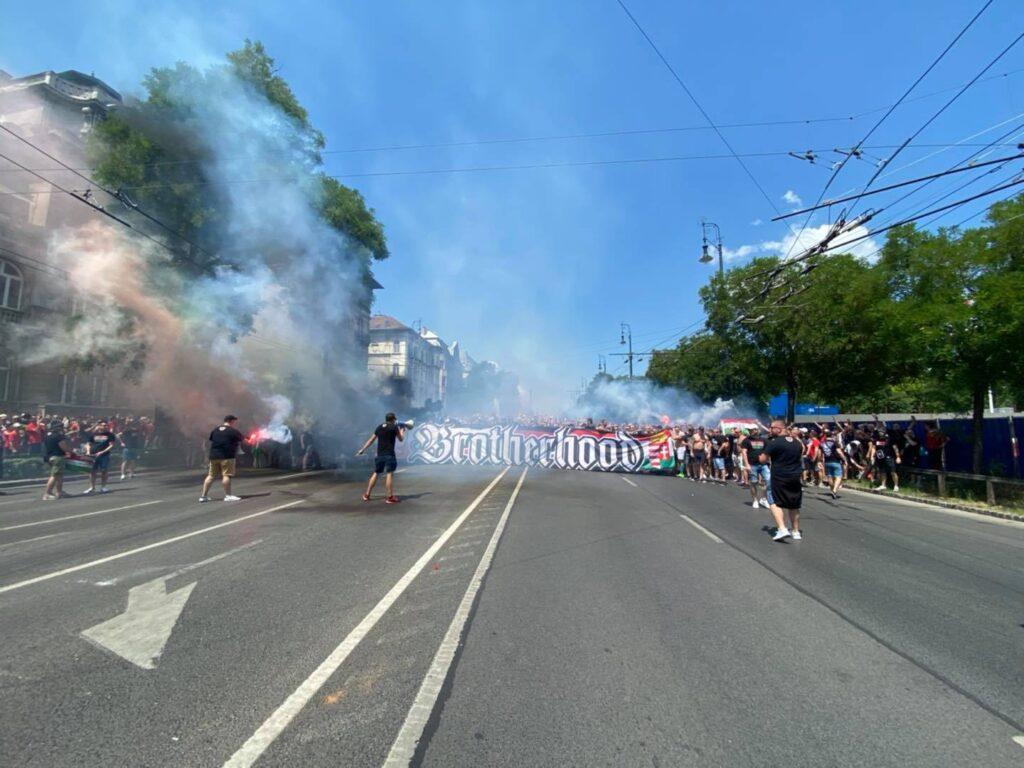 Przemarsz węgierskich kibiców na mecz z Francją /Fot. YouTube