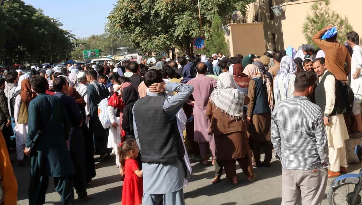 Tłumy ludzi, którzy nadal pozostają w Afganistanie