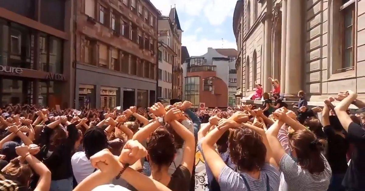 Protest przed sądem w Bazylei.