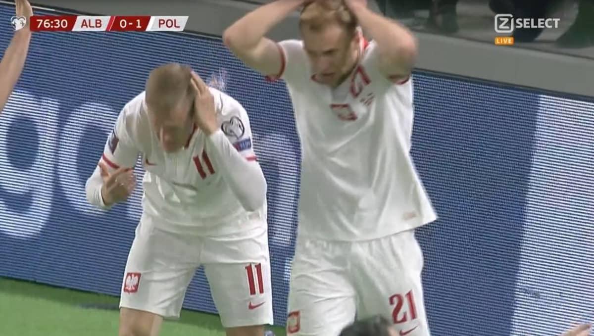 Polscy piłkarze obrzuceni butelkami